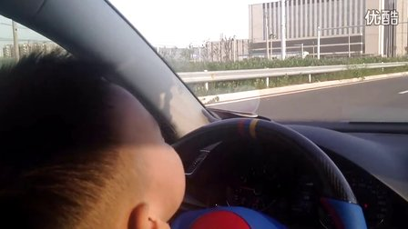 北京3岁孩童危险驾车 转弯逆行令人胆颤