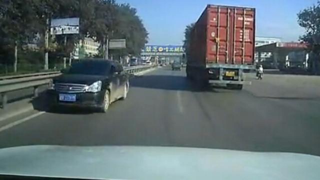 逆行车辆,过往车辆纷纷躲避