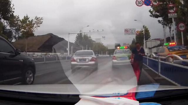出租车路口违章停车,让乘客下车
