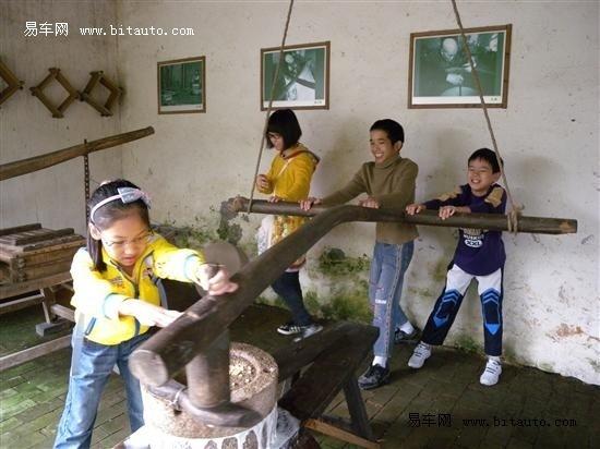 车主和儿童福利院的小朋友学到了中国古代的农耕文化