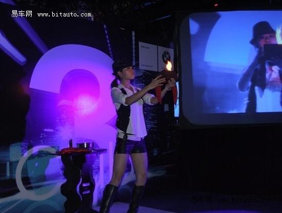 美女魔术师的精彩表演点燃现场激情