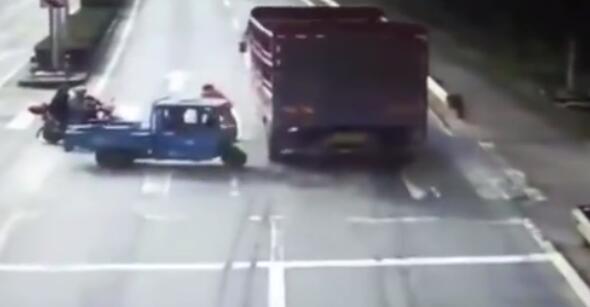 货车司机不看红绿灯 幸好没事
