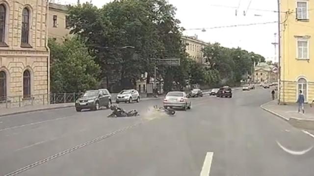 轿车与摩托车相撞后逃逸