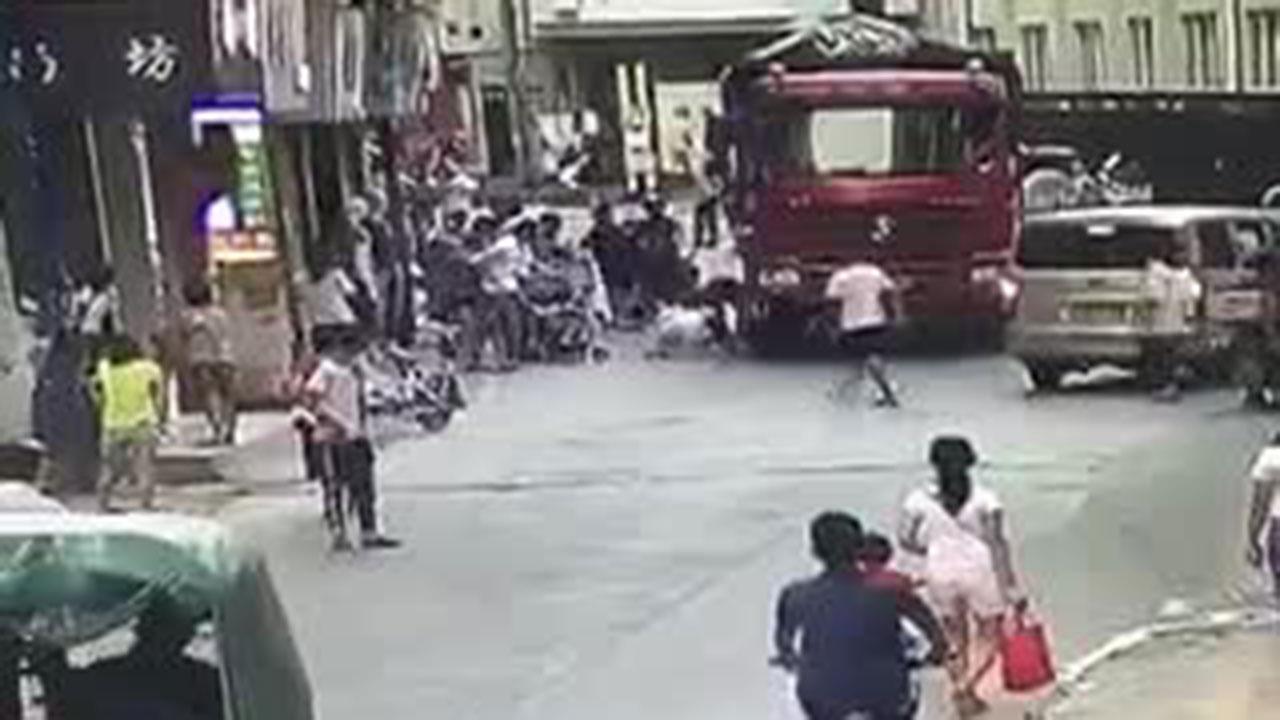 儿童马路跑,被压大货车下