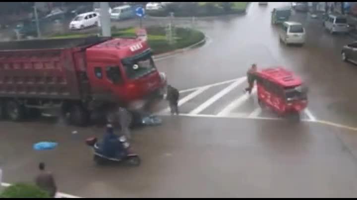 载人电动车被卷入货车车底,车上两人自己爬出!