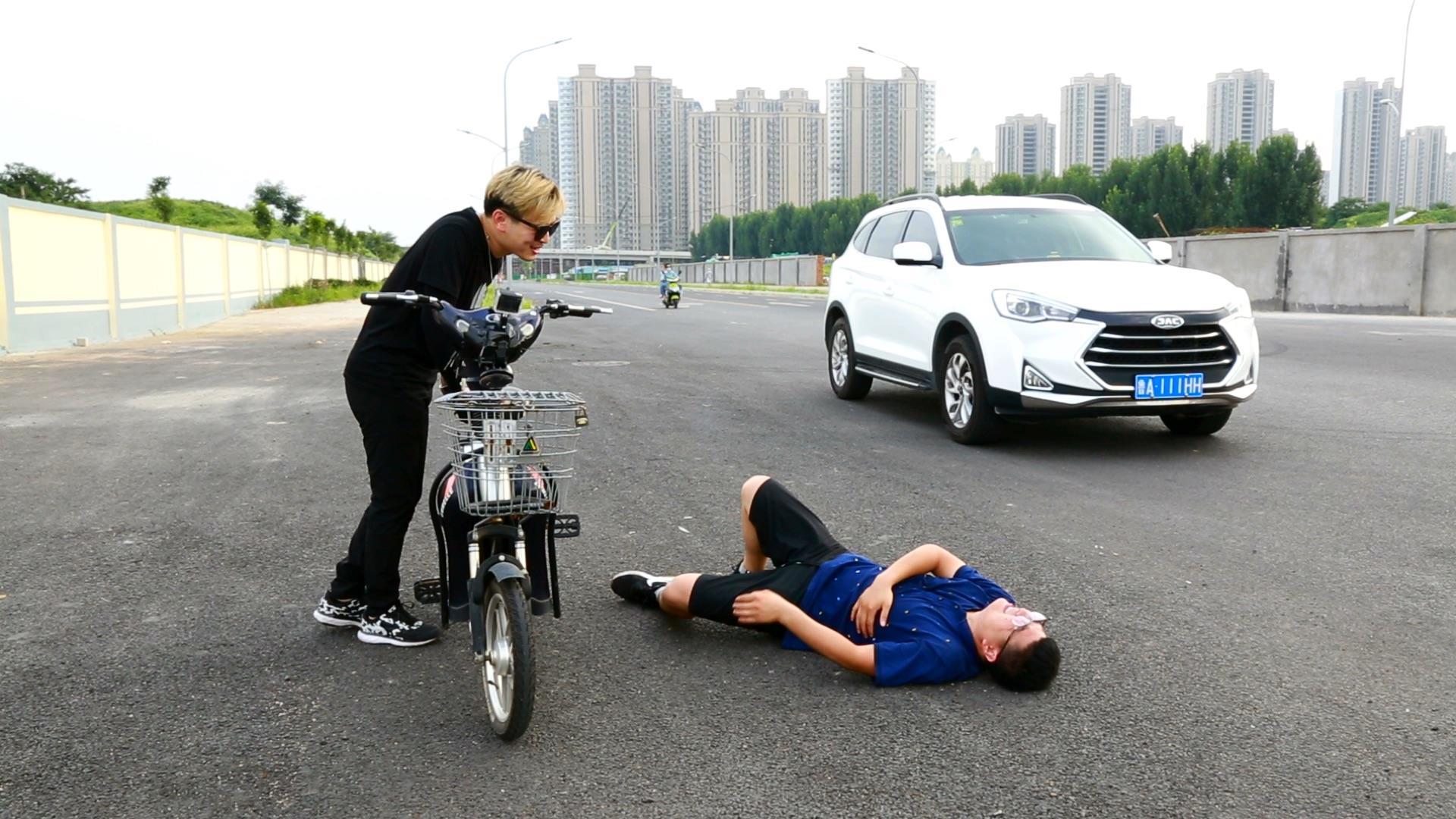 小伙骑电动车跟汽车飚,前轮直接爆胎!小伙反应太逗