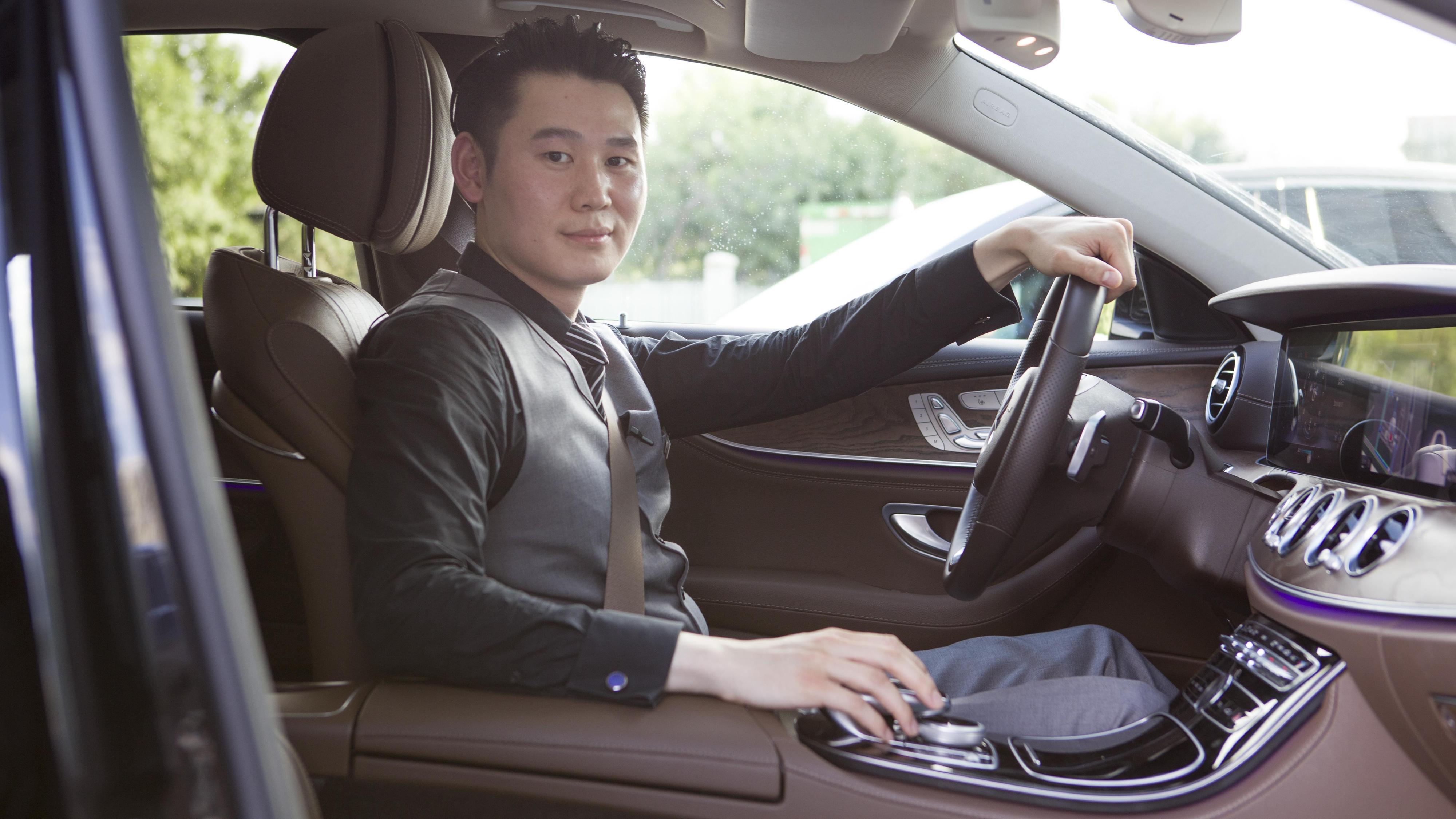 一键即可完美实现!奔驰自动泊车该如何操作?