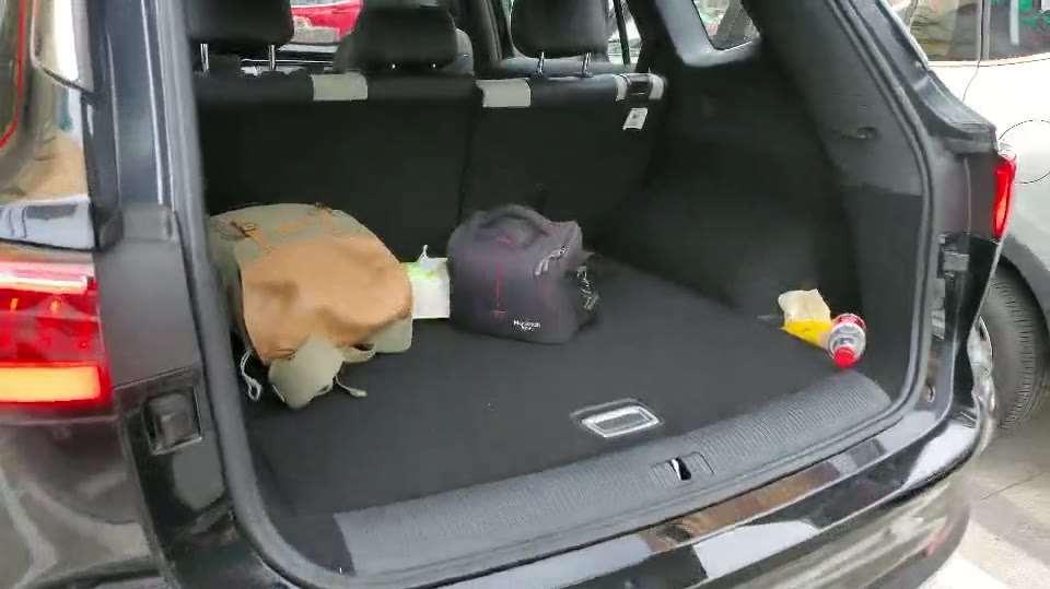 抢鲜看:荣威RX5 MAX后备箱空间,植绒柔软