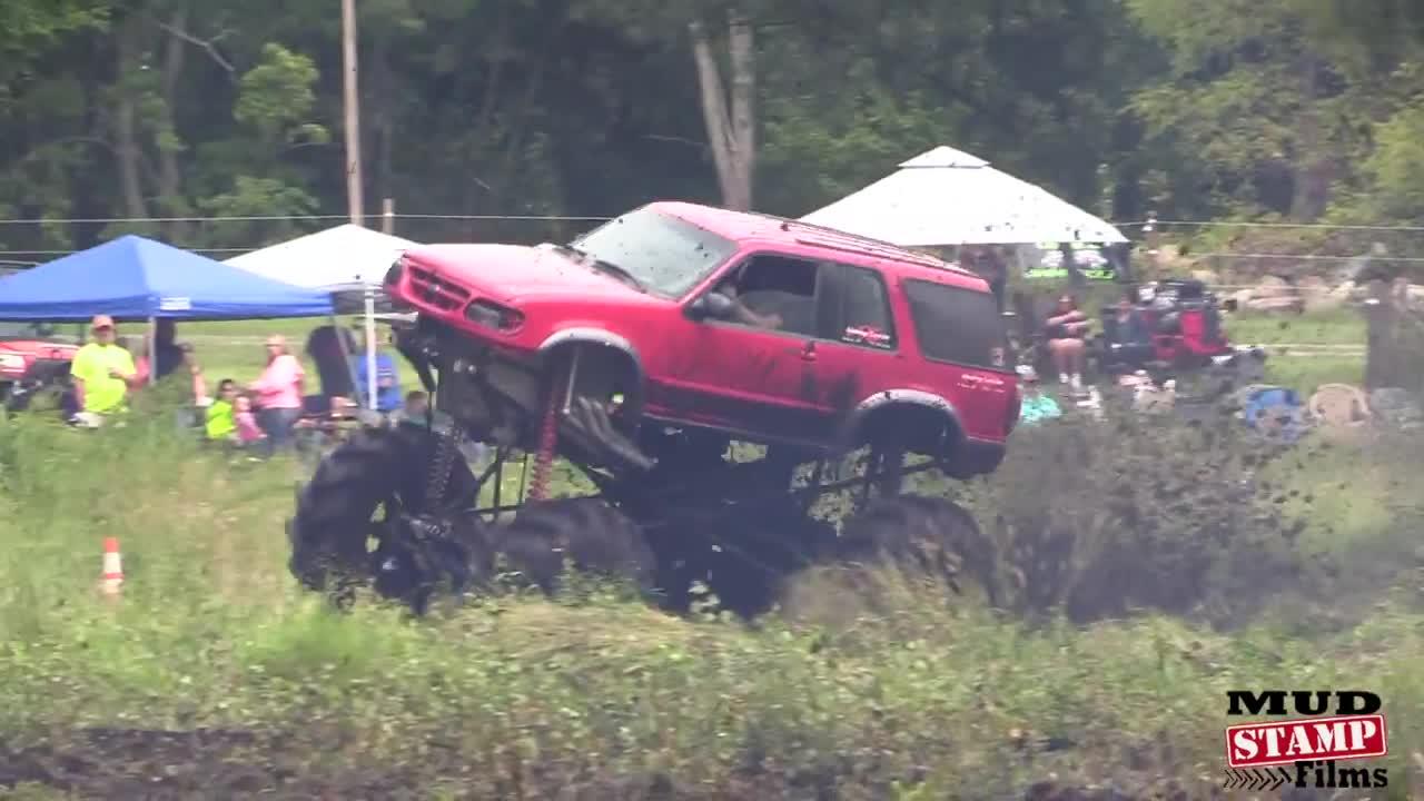 【视频】几辆大脚车在后院里肆意狂奔