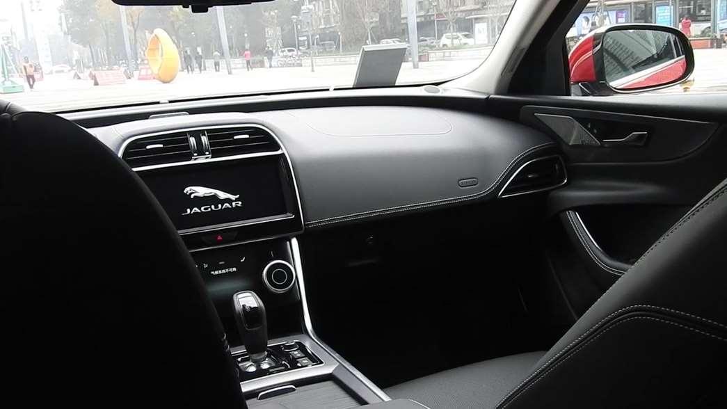 实拍捷豹XEL运动系列后排!说运动型轿车空间不够?这下打脸了吧