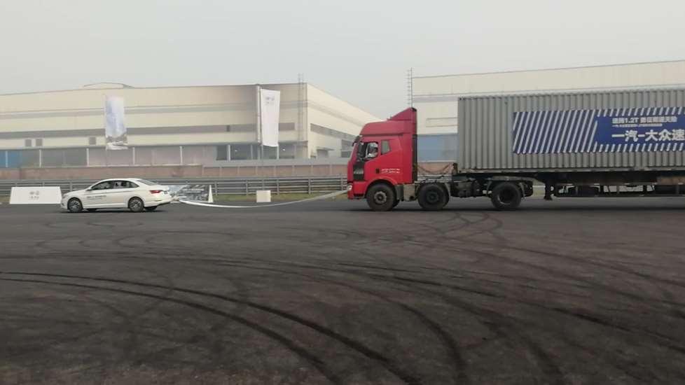 1.2T的速腾太弱?21吨的大挂车也能轻松拉着跑!