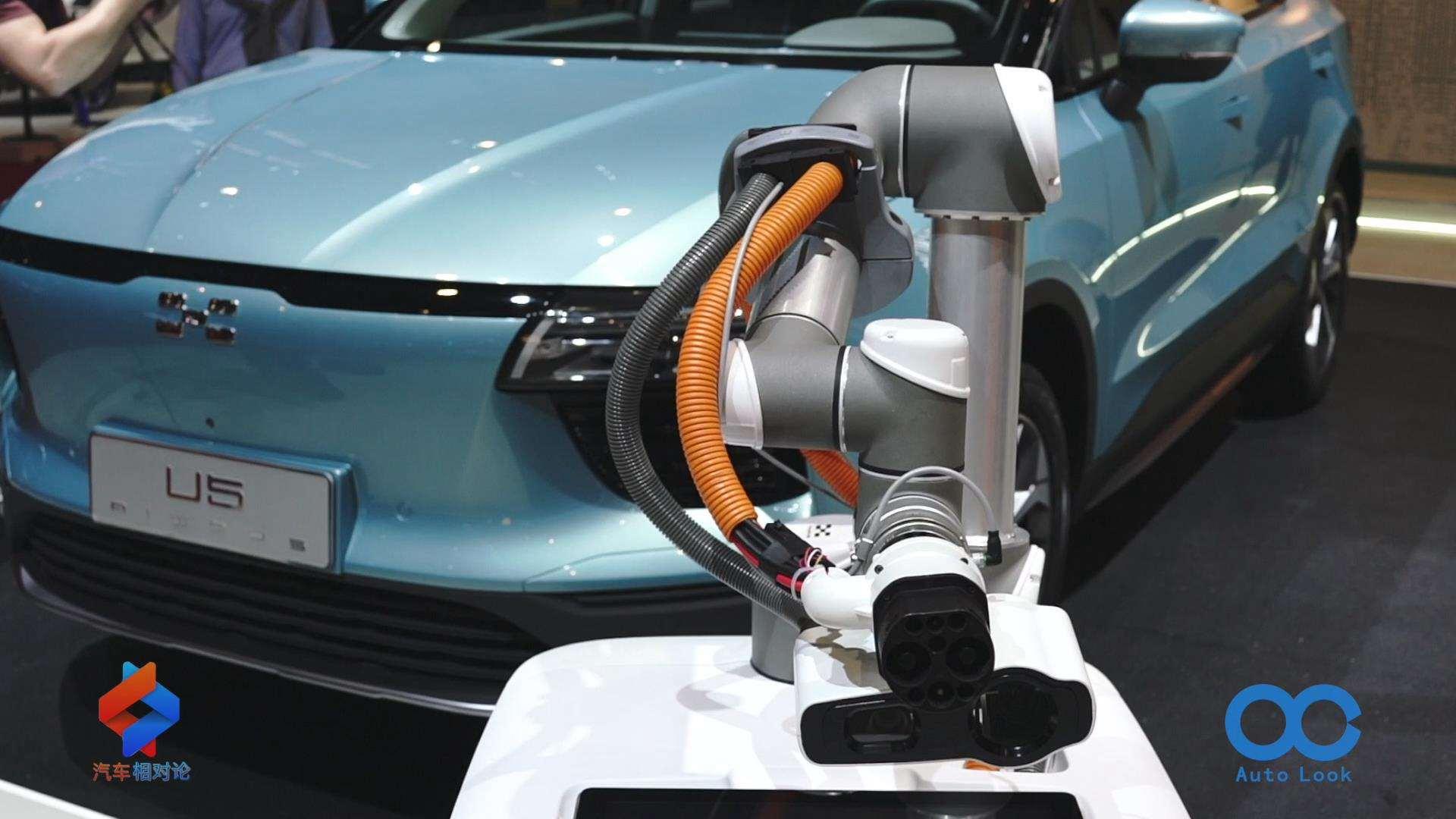 【在现场】2019日内瓦车展 爱驰汽车智能充电机器人