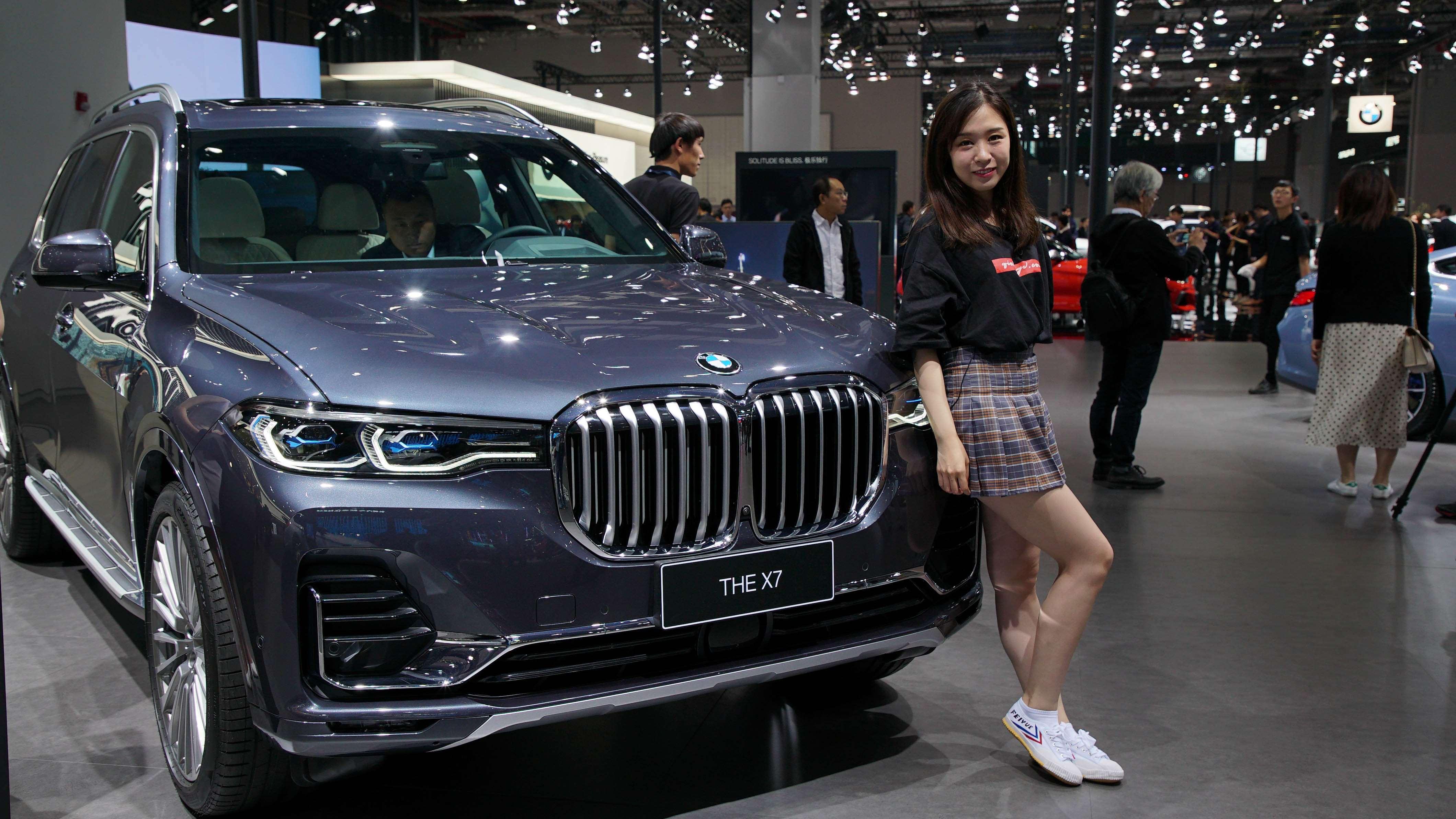 远处有着巨大鼻孔的SUV是?BMW X7:就是我了