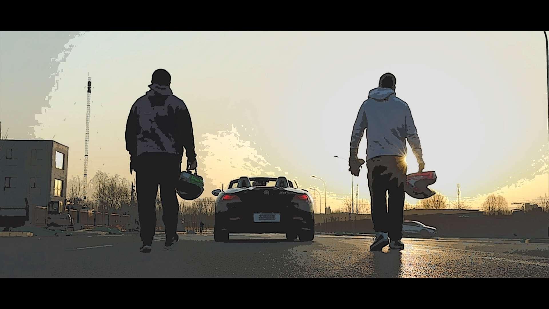 两名男子闹市上演真人版《跑跑卡丁车》,超会玩!