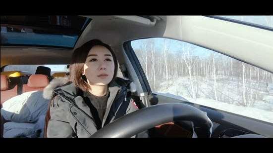 王兮兮驾驶着荣威RX5,独自行驶在山间小路