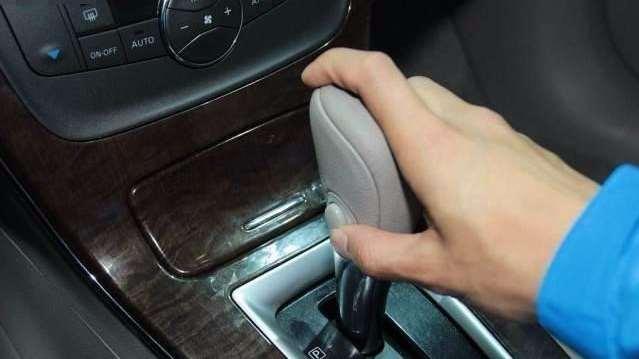 开车等红灯,为什么老司机都会做这个动作?好处多