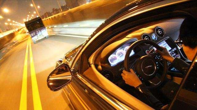 夜间开车走哪条车道更安全?老司机说了实话,新手搞明白不吃亏