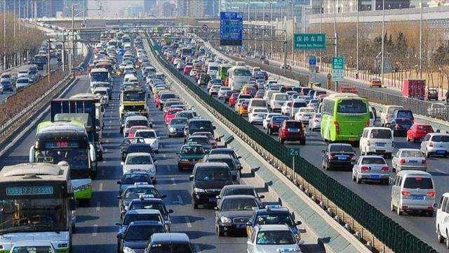 国内车市销量严重下滑,专家建言解除限行限购,你觉得可行吗