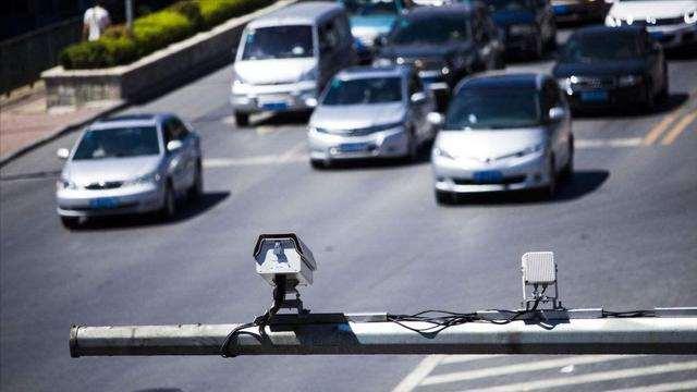 开车过路口,遇到电子眼闪三下是啥意思,被抓拍了?搞清楚别吃亏