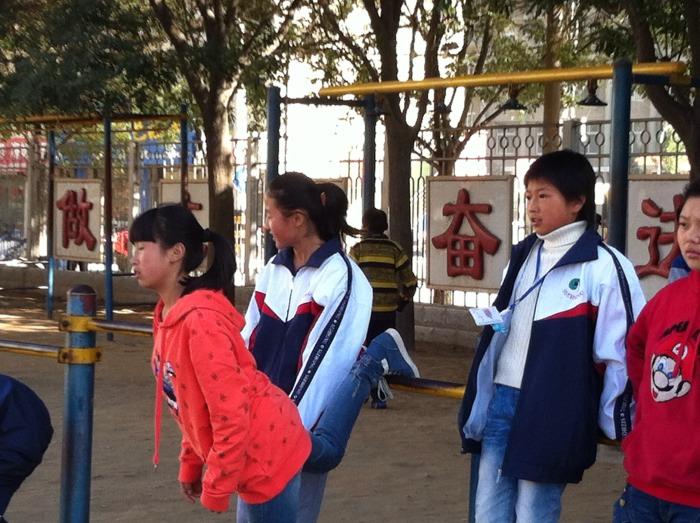 山四中_(原创首发)延安四中操场上的学生  蟒头山梅花鹿于2014