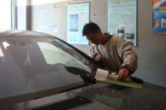 车钥匙落车里了,砸哪块玻璃最划算?