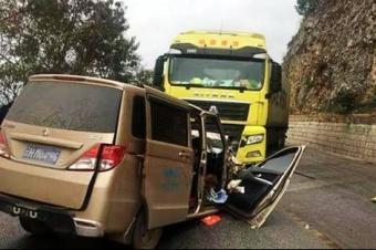 大货车到底有多危险,看面包车最后的结局有多惨烈