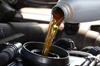 解析:机油瓶上标识含义,机油真不能随便买,夏季冬季机油不一样