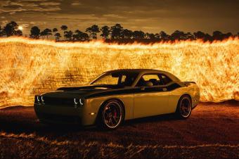 用轮胎点燃焰火:肌肉车为美国独立日庆生
