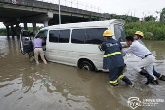暴雨天行车涉水!如何将损失降到最低?
