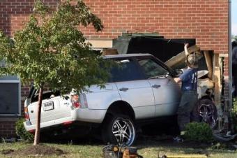 迫不得已发生车祸时,你选择撞墙还是撞树?