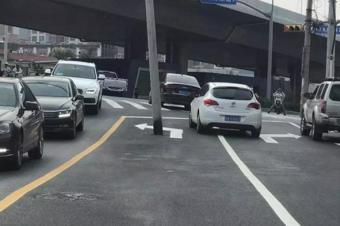 这样的导向车道,你见过吗?第一次走这路的人都中招了!