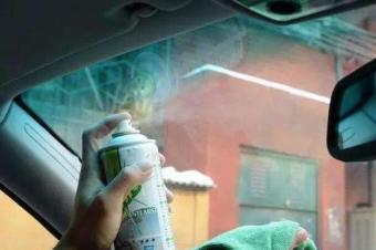 冬天汽车的前档玻璃起雾,要怎么清除?