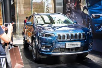 实拍Jeep新款自由光,取消分体大灯,全系换装2.0T发动机