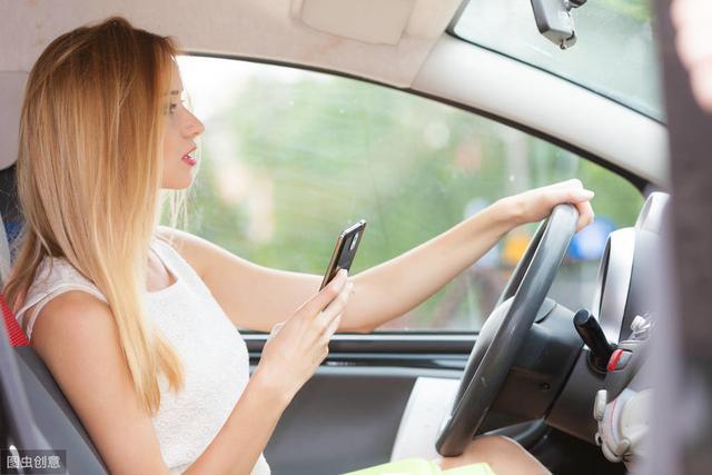 开车用手接电话,害人害己!巧妙使用它,让接电话安全又优雅