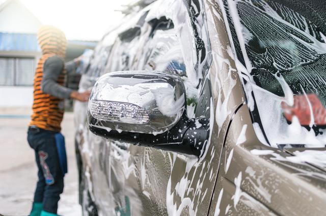 清水洗车无异于白洗,浪费时间还不耐脏!教你这几招,干净不伤车
