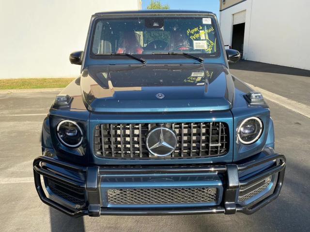 奔驰G63,蓝色的外观,这个配色看上去不错