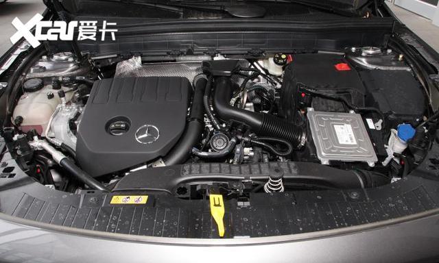 在2019年广州车展上,作为奔驰旗下的全新紧凑型SUV、奔驰A级的同平台(MFA2平台)车型奔驰GLB的重磅亮相。  而在11月29日晚,奔驰这款全新紧凑型SUV奔驰GLB也正式上市,指导价格区间为31.48-35.48万元。 那么这款SUV到底怎么样呢?小编带你一起了解一下。  从外型来看,GLB很运动。繁星式镀铬中网、单横幅式格栅、尺寸更夸张的前包围(仿)进气口、密辐式AMG轮圈,都使得它的运动气息更为浓郁。  GLB车身侧面的车顶线条平直,与近乎垂直的尾窗搭配有助于提供更宽敞的车内空间,也