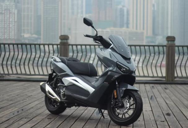 售价2.38万,龙嘉Vmax300亮相,百公里加速9.9秒,多项高端配置