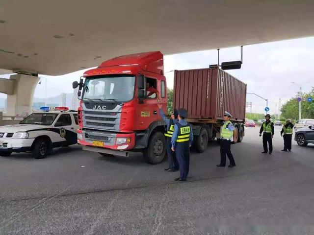 超载货车要留心,年底各地对超载展开突击检查!