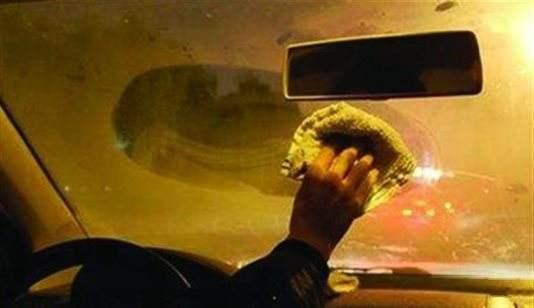 车窗起雾只会用暖风吹?老司机:别不信,这招比它好用多了