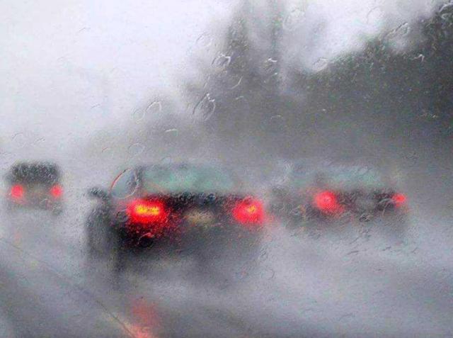 开车多年才知道,车窗有雾不用擦,早点学会这招不吃亏