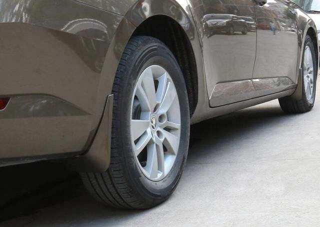为何新车出厂时都不带挡泥板?老司机:开个半年车,就都能懂了