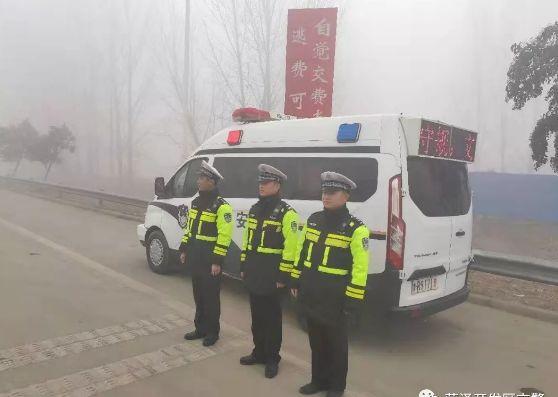 """雾天行车,请""""雾""""必小心"""
