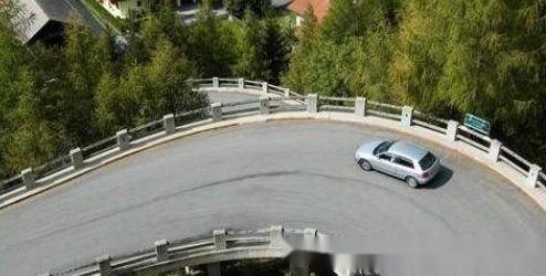 手动挡转弯时需不需要踩离合?老司机说出后,别傻傻不清楚