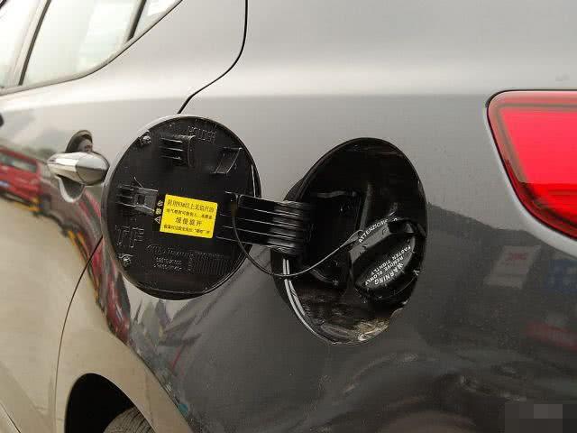 打开汽车油箱盖,你发现了这3个功能吗?不少车主还不知道