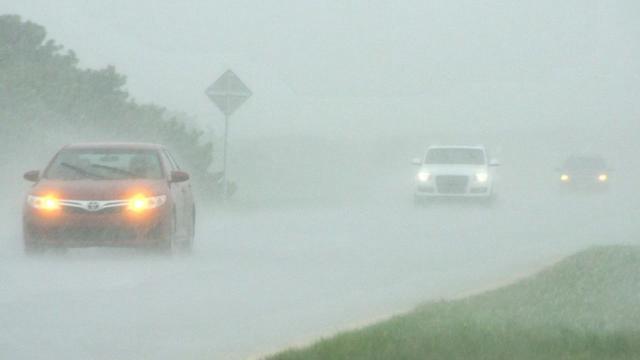下雨天开双闪,驾照怕是白考了!交警:很多都不懂开车!