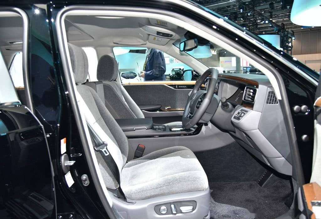 丰田最帅豪车,自重2.6T还带凤凰车标,V8零百2.9S,比奔驰S气派