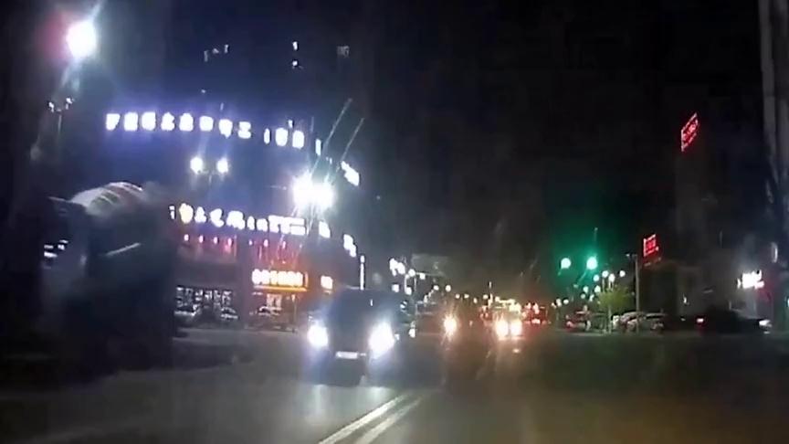 奔驰车路口强行并线,车主疯狂按喇叭未果,只好开撞!
