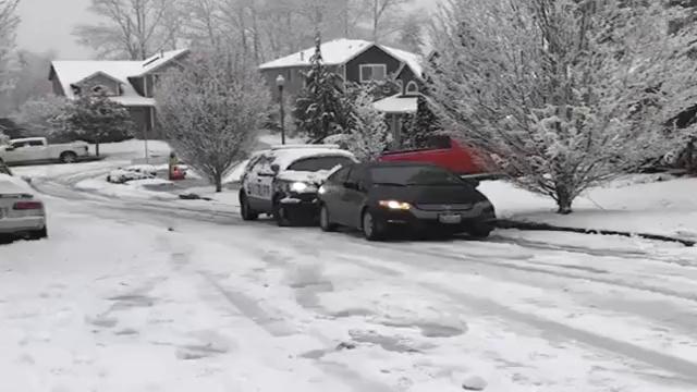 小轿车雪地趴窝,没想到警车一路推着他回家,太厉害了!