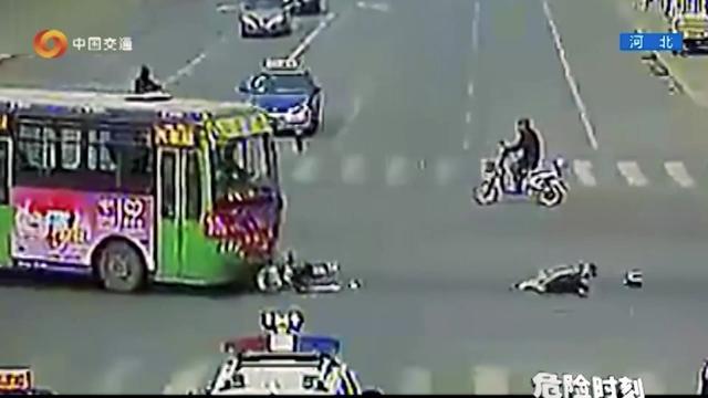 摩托车对上公交车,直接被撞飞数十米,骑车人倒地不起!